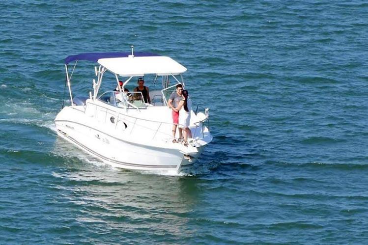 Los futuros esposos comparten un momento romántico sobre el barco en el que se comprometieron en matrimonio. (Foto Prensa Libre: Dony Stewart)