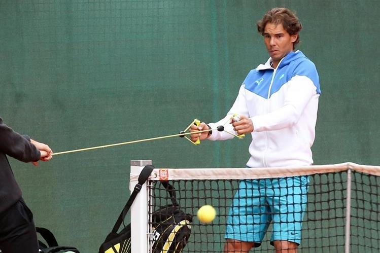 Rafael Nadal durante la sesión de entrenamientos en Hamburgo. (Foto Prensa Libre: AFP)