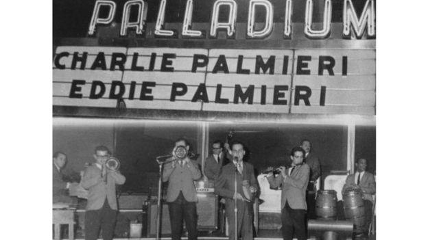 Charlie y Eddie Palmieri tocan en el Palladium Ballroom de Manhattan en 1964. CORTESÍA DE EDWARD PALMIERI