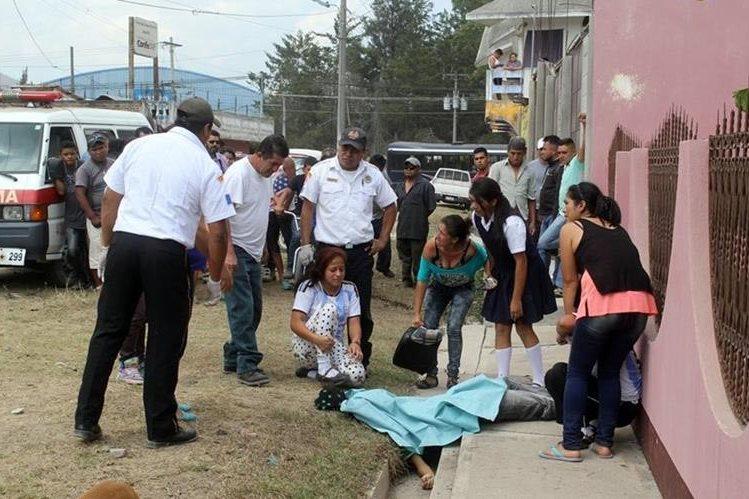 Familiares llegan al lugar a identificar el cadáver del adolescente. (Foto Prensa Libre: Hugo Oliva)