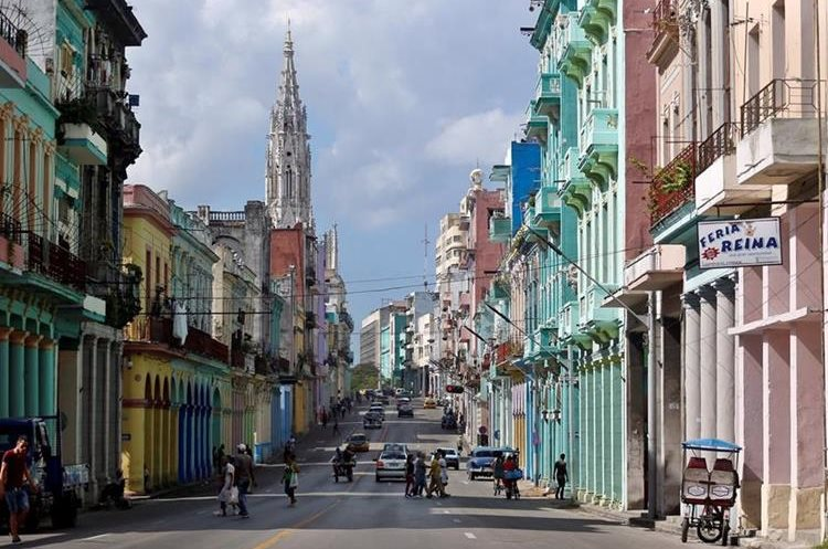Hace unos tres años, Google ofreció a las autoridades cubanas mejorar la cobertura de internet, pero no hubo acuerdos. (Foto Prensa Libre: EFE)