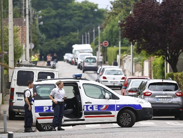 Policías franceses impiden el acceso a la escena de un ataque. (AP).