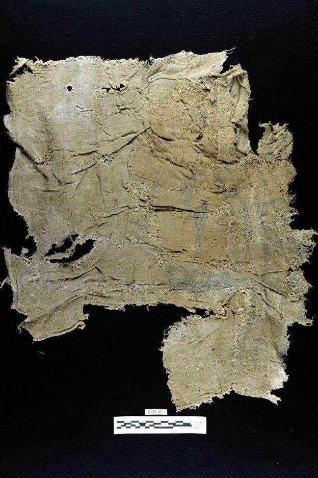 Ya en la década de los 50, el arqueólogo estadounidense Junius Bird había detectado el color azul en las telas, pero no había identificado a la fuente del tinte. LAUREN A. BADAMS