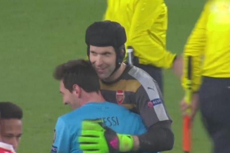 Cech y Messi se despidieron con un abrazo, después del partido. (Foto Prensa Libre: Twitter)