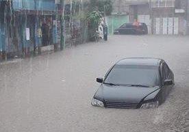 Vecinos reportan inundaciones en calles de z.7, San Miguel Petapa.