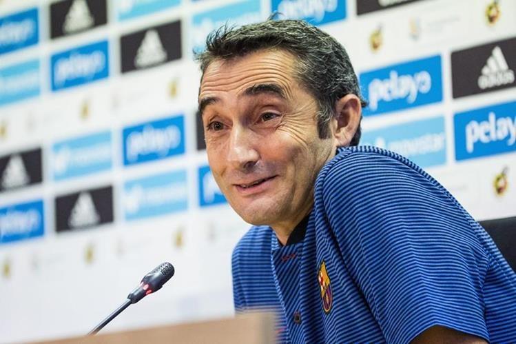 El técnico Erneste Valverde del FC Barcelona, habla en la conferencia de prensa de este martes. (Foto Prensa Libre: EFE)
