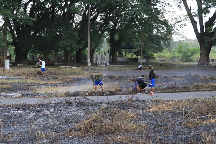Ejército y voluntarios limpian área de la finca La Industria, Escuintla, donde se construirán las viviendas para los damnificados por el volcán. (Foto Prensa Libre: Enrique Paredes)