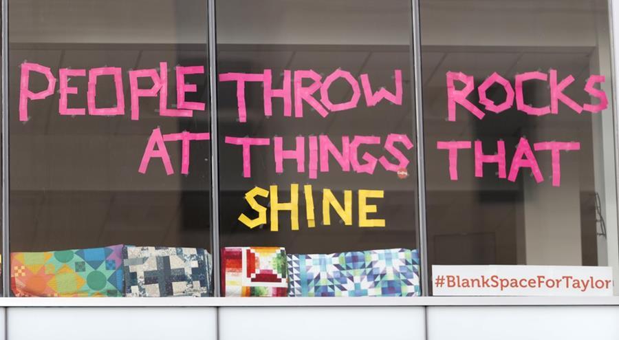 Personas cercanas al lugar del juicio han colocado frases de Taylor Swift como un mensaje de apoyo (Foto Prensa Libre: AP).