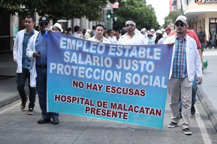 La manifestación de los profesionales de la salud recorrió varias calles del Centro Histórico. (Foto Prensa Libre: Juan Diego González)