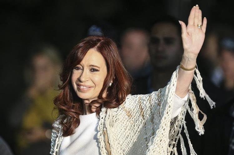 La expresidenta Cristina Fernádez saluda a sus seguidores luego de aterrizar en Buenos Aires, Argentina. (Foto Prensa Libre: EFE).