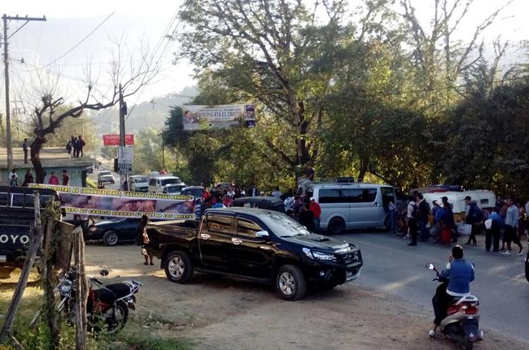 Los manifestantes exigen la reparación de carreteras. (Foto Prensa Libre: Mike Castillo)