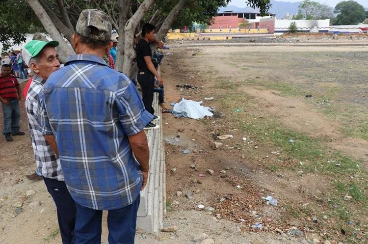 Amigos y compañeros de trabajo se sorprendieron al observar el cadáver de García. (Foto Prensa Libre: Mario Morales)