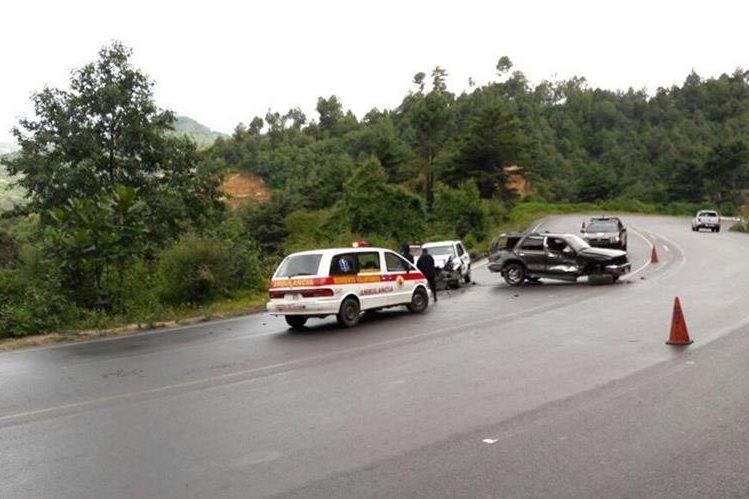 Bomberos Voluntarios estabilizan a personas heridas en choque, ocurrido en la ruta Interamericana, Sololá. (Foto Prensa Libre: Bomberos Voluntarios)