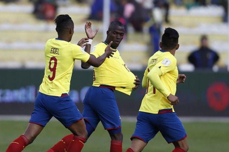Enner Valencia (c) es felicitado por sus compañeros, después de haber sido la gran figura de Ecuador en el empate contra Bolivia (Foto Prensa Libre: AFP)