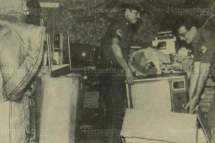 Efectivos de la Guardia de Hacienda proceden al recuento de la mercadería. (Foto: Hemeroteca PL)