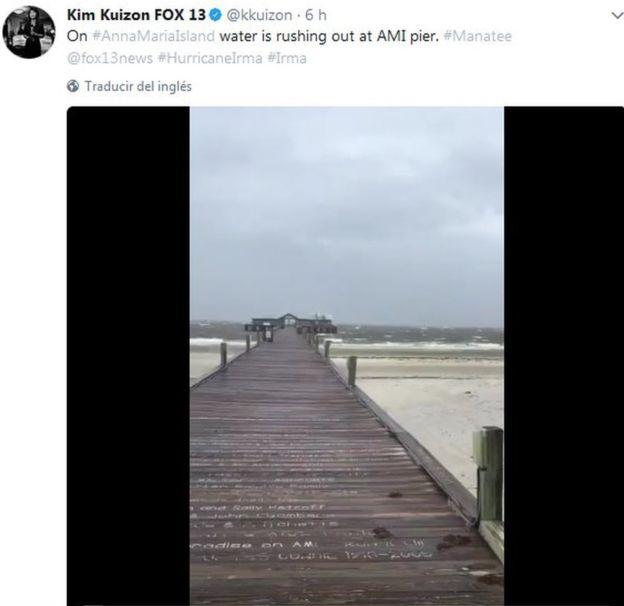 El mar se retiró casi hasta el final de este muelle en Tampa. KIM KUIZON FOX 13/TWITTER