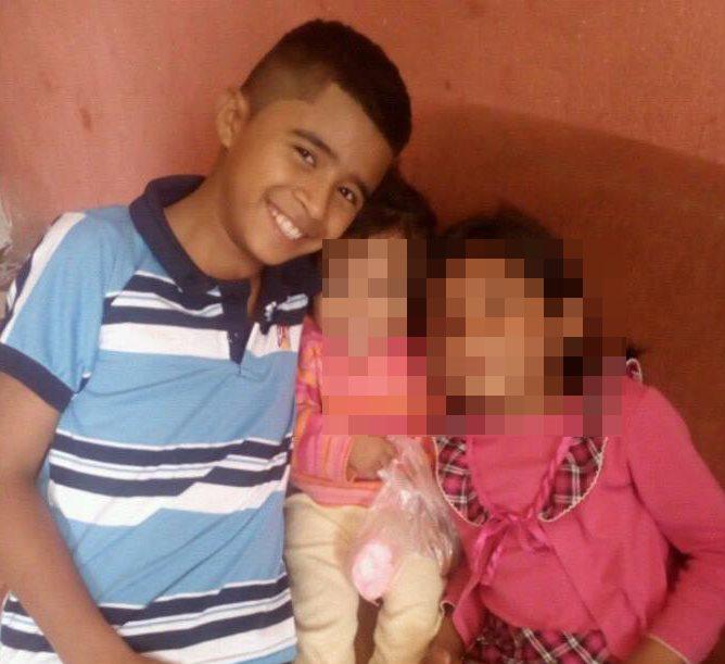 El niño con sus dos hermanas menores. (Foto Prensa Libre: Mario Morales)