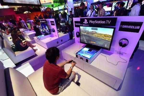 <p>Una persona prueba la nueva consola de Playstation el 10 de junio de 2014 en Los Ángeles, California (Foto: AFP).</p>
