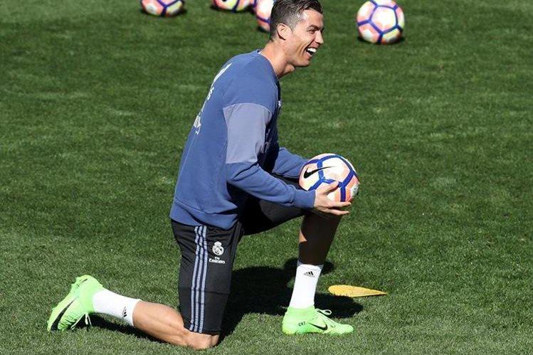 Cristiano Ronaldo ayer en la Ciudad Deportiva de Valdebebas donde se entrenó previo al partido de Liga frente al Real Betis. (Foto Prensa Libre: EFE)