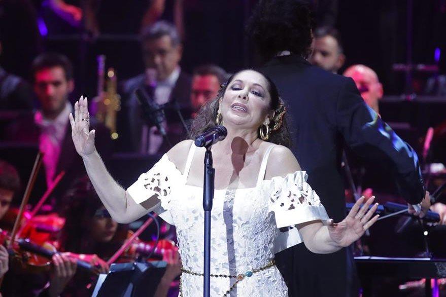 La cantante Isabel Pantoja presentó su nuevo álbum titulado Hasta que se apague el sol, un trabajo que empezó a grabar antes de entrar en prisión. (Foto Prensa Libre: EFE)