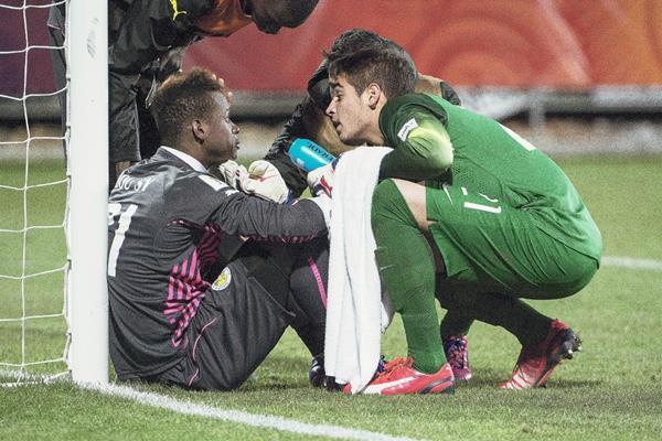 El portero de Brasil Jean (Verde) consuela al portero senegalés Ibrahima Sy  tras el partido de semifinales entre Brasil y Senegal en el Mundial de futbol sub-20. (Foto Prensa Libre: EFE)