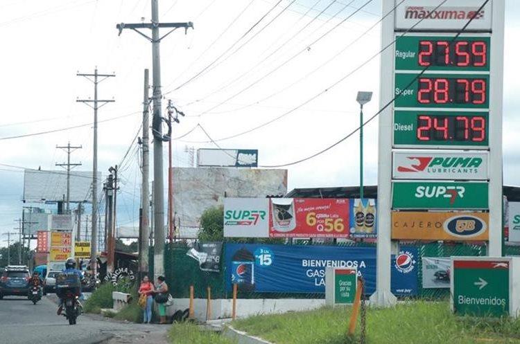 En Suchitepéquez los precios se mantienen con variaciones alcistas, aunque hay una férrea competencia en los expendios. (Foto Prensa Libre: Cristian Icó Soto).