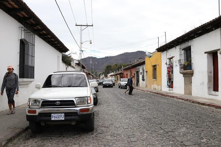 Sector de la 7a. calle poniente, de Antigua Guatemala, donde comenzará el plan piloto de iluminación, para colocar cableado subterráneo. (Foto Prensa Libre: Julio Sicán)