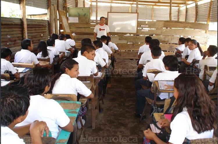 Algunos alumnos reciben clases en galeras. (Foto Prensa Libre: Hemeroteca PL)