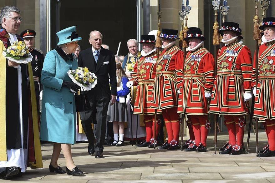 La reina Isabel II de Inglaterra (2-i) y su esposo, el duque Felipe de Edimburgo, al salir de  la misa del Jueves Santo del 2015. (Foto Prensa Libre: EFE).