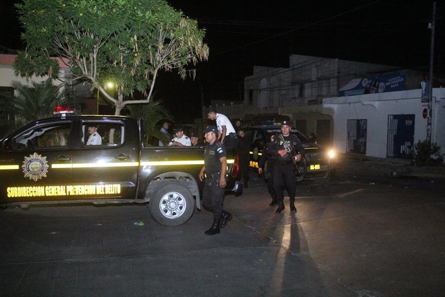 Agentes de la PNC resguardan calles de Monjas, Jalapa, luego de enfrentamiento con una turba. (Foto Prensa Libre: PNC)