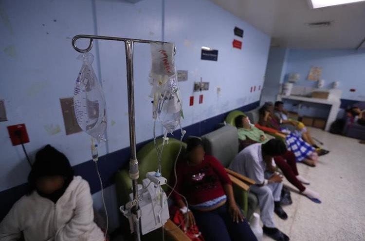 En una sala al fondo de la emergencia se encuentra una sala donde en sillones las personas que se encuentran en estado delicado esperan subir al área de las camas y deben esperar entre 3 y 7 días.