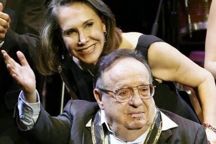 Florinda Meza y Roberto Gómez Bolaños durante un homenaje dedicado al comediante en el 2011. (Foto Prensa Libre: Hemeroteca PL)