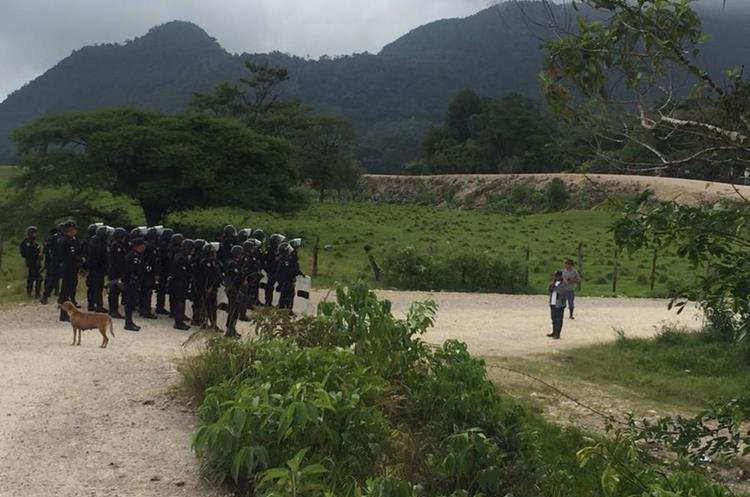 Un contingente de antimotines de la Policía es provocado por dos manifestantes en Ixquisis. (Foto Prensa Libre)