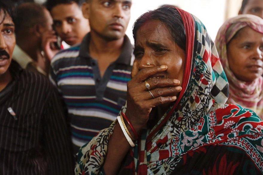 Familiares esperan noticias sobre las víctimas. (AP)
