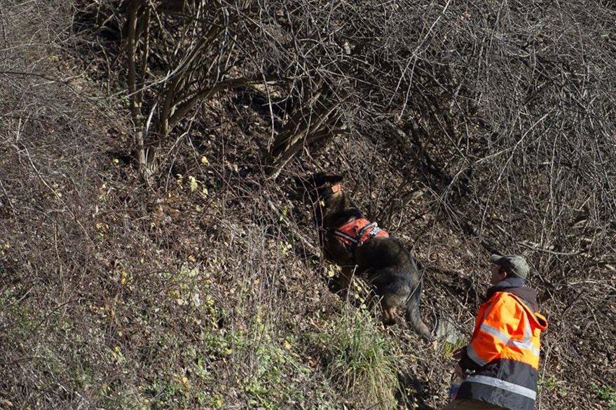 Dos rescatistas buscan en las cercanías del canal más evidencias. (Foto Prensa Libre: AP).