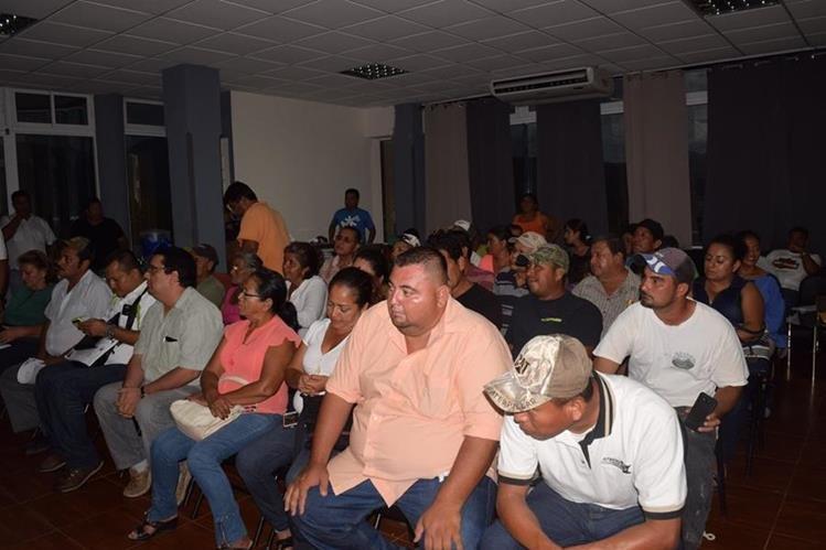 Representantes de la sociedad civil de Zacapa denuncian al alcalde por supuesta malversación. (Foto Prensa Libre: Mario Morales)