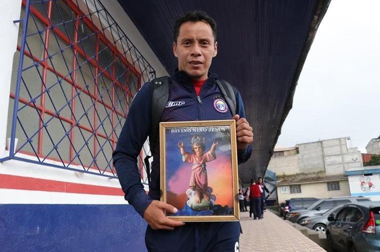 El capitán chivo Julio Estacuy basa su fe en la imagen del Divino Niño, a quien tiene tatuado en uno de sus brazos. (Foto Prensa Libre: Raúl Juárez)