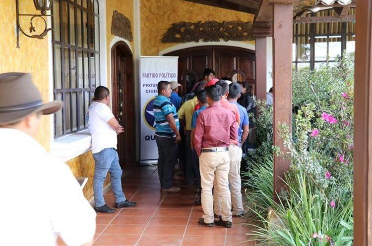 Alcaldes y simpatizantes de los mismos ingresan a la reunión privada del partido Prosperidad Ciudadana, de donde fue desalojada la Prensa. (Foto Prensa Libre: Yésica Tol)