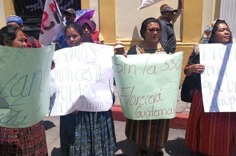 Mujeres portaron pancartas sobre la entrada del Congreso en la 9na. Avenida.