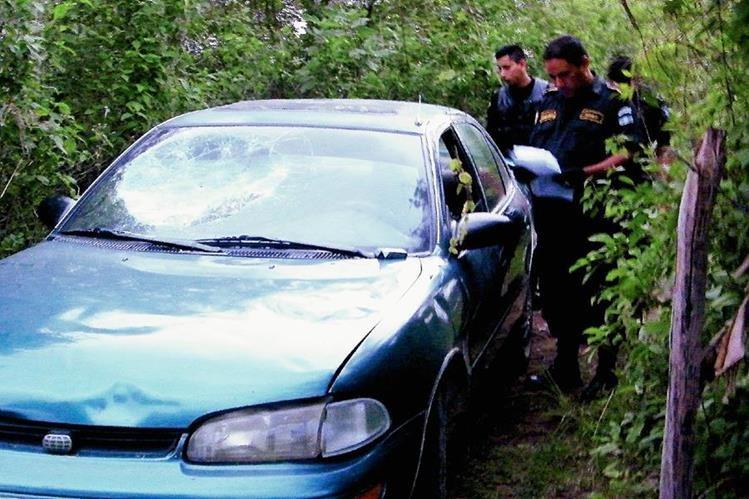 En un terreno junto a un camino de terracería fue encontrado el vehículo. (Foto Prensa Libre: Héctor Contreras).