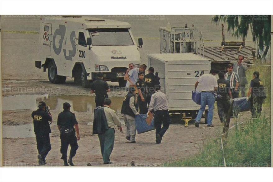 07/9/2006 Fiscales transportan los sacos que dejaron tirados durante el robo en el Aeropuerto. (Foto: Hemeroteca PL)