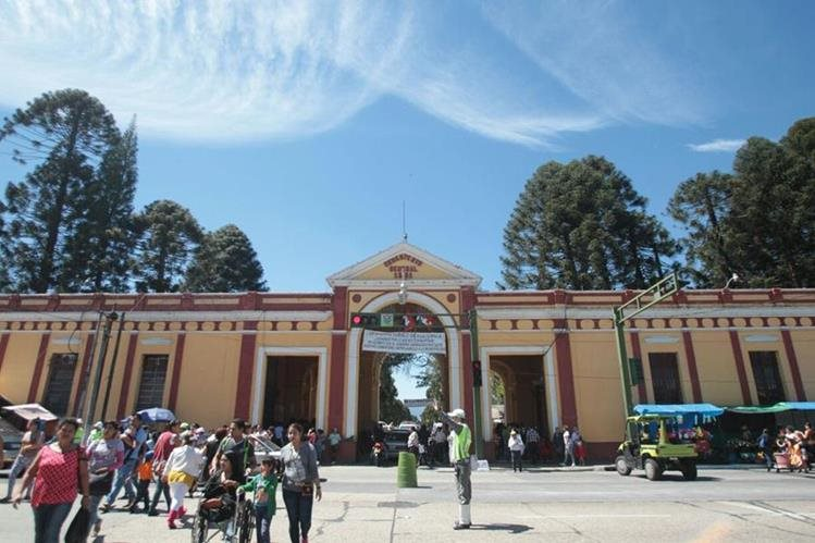 Las autoridades esperan a un millón de visitantes en el Cementerio General, en zona 3, el 1 de noviembre próximo. (Foto Prensa Libre: Hemeroteca PL)