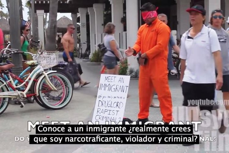 El hombre se vistió con una ropa de prisionero, usó unas esposas y un cartel. (Foto Prensa Libre: Youtube)