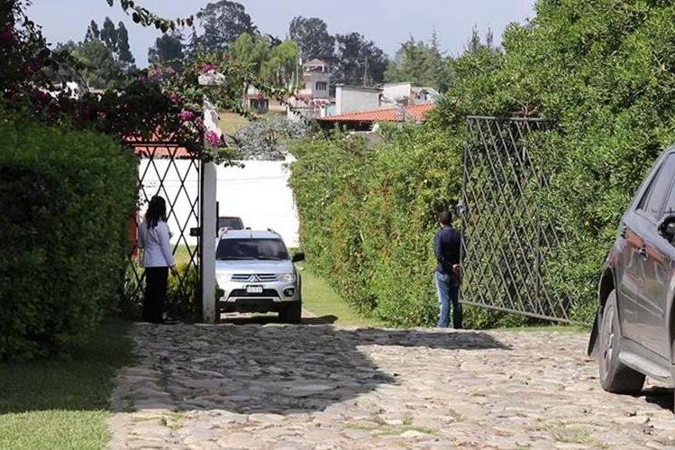 El alcalde de Villa Nueva, Edwin Escobar, ingresó por la puerta trasera de un salón de Santa Cruz del Quiché donde organizaron, en una reunión privada, los cargos del departamento para las próximas elecciones generales. (Foto Prensa Libre: Yéscia Tol)