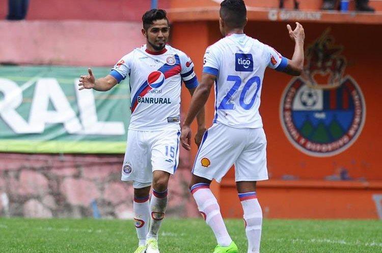 Así festejaron los jugadores de Xelajú, después del gol de César Morales. (Foto Prensa Libre: Francisco Sánchez)