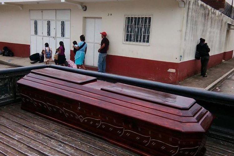 Familiares de víctimas retiran los cadáveres de la morgue en Jalapa. (Foto Prensa Libre: Hugo Oliva)