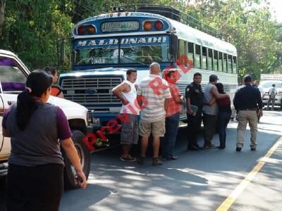 Un ataque contra un autobús se registró en el km 160.5 de la ruta de a Mazatenango a San Francisco Zapotitlán, Suchitepéquez. (Foto Prensa Libre: Omar Méndez)