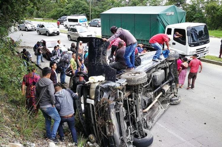 Transporte colectivo accidentado en Chupol. (Foto Prensa Libre: Mynor Toc).