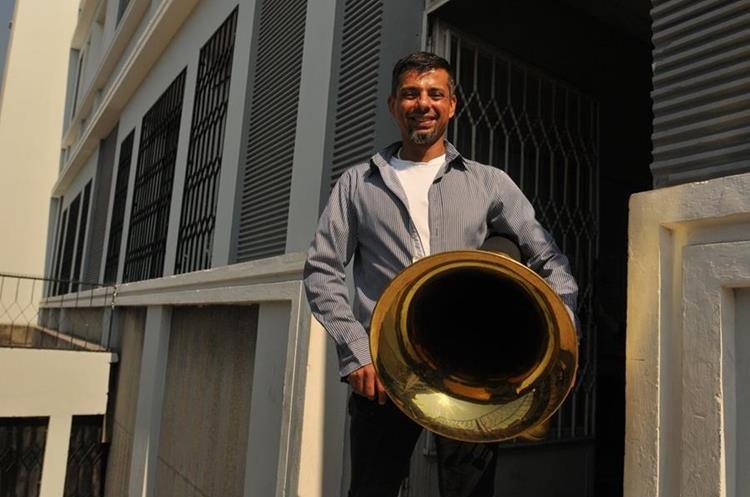 El músico costarricense Esteban Villegas interpreta la tuba, y es el solista invitado en este concierto. (Foto Prensa Libre: Ana Lucía Ola)