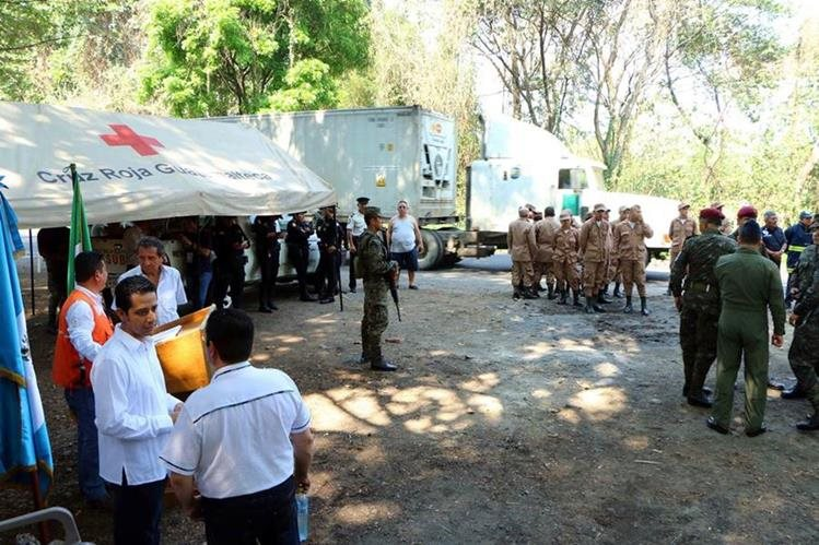 Autoridades civiles, militares y cuerpos de socorro habilitan campamento de Sinaprese en El Zarco, Santa Cruz Muluá, Retalhuleu. (Foto Prensa Libre: Rolando Miranda)